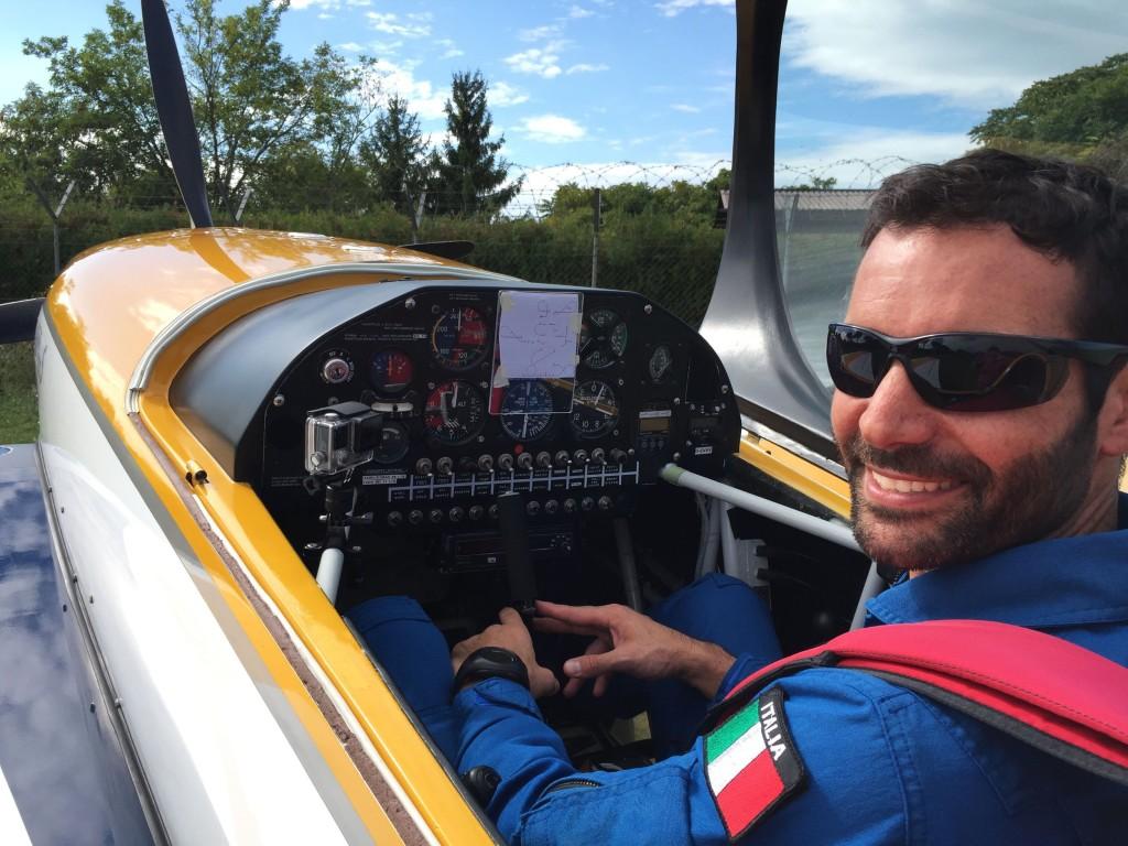 Simone Crisarà nel cockpit con il programma acrobatico