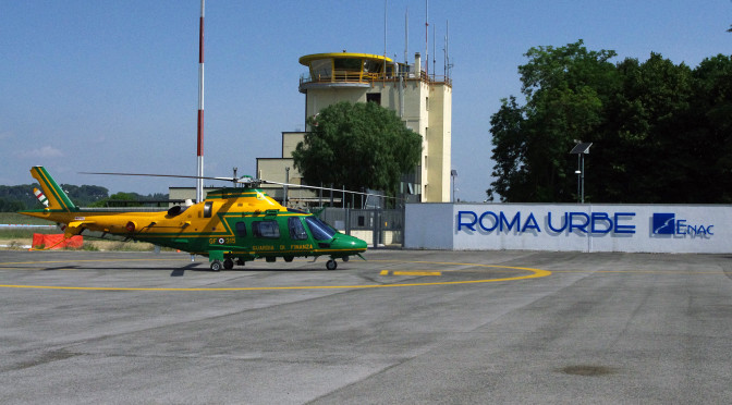 Aeroporto di Roma-Urbe, vista della torre di controllo e del piazzale di fronte alla nuova aerostazione. Fonte Wikipedia utente Flanker